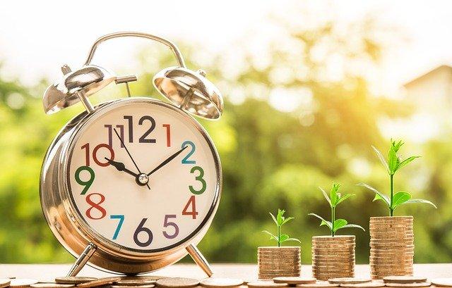 monety obok zegara